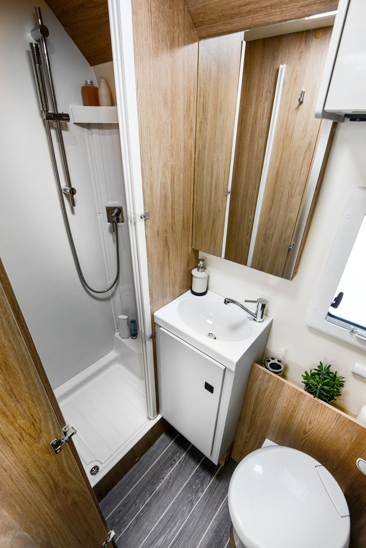 RT Pegaso 590 washroom and shower area with white shower and mirror